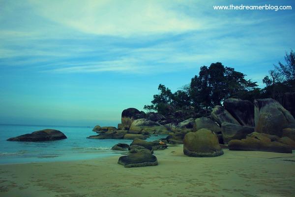 Batu-Batu Vulkanik Besar di Pantai Matras