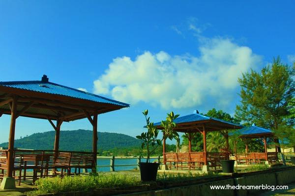 Deretan Gazebo di Pantai Tanjung Pesona