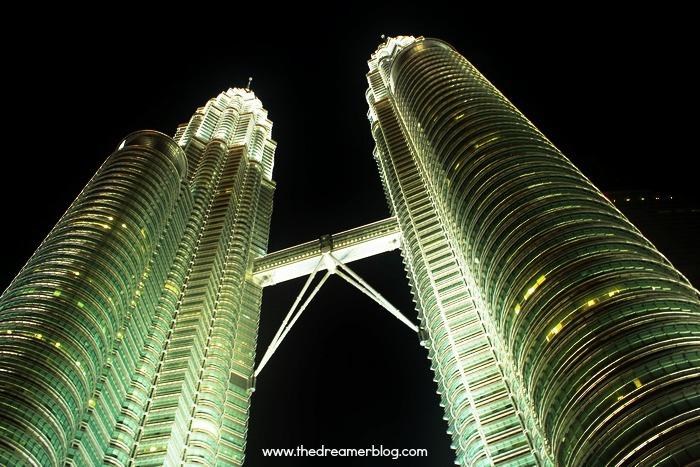 Hari 1 : Kuala Lumpur ( KL Tower, Petronas Twin Tower, Alor Street, Sunshine Bedz Hostel )