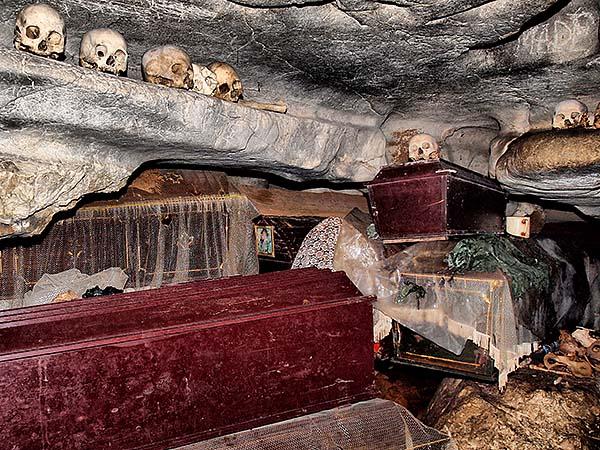 Wisata Toraja yang penuh dengan Tulang Belulang ( Kete Kesu , Londa )