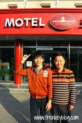 Berfoto bersama Pemilik Motel Rocustel