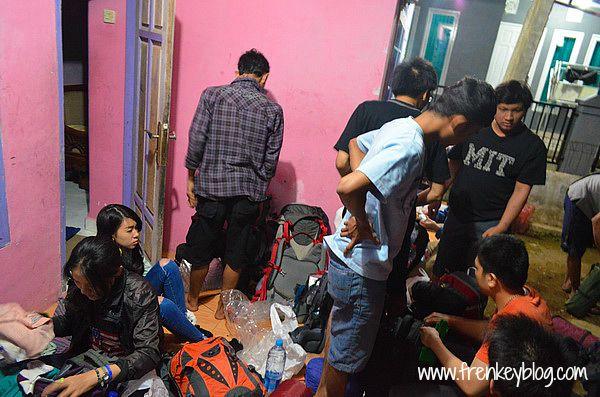 Packing Ulang Tas Carrier di rumah Warga