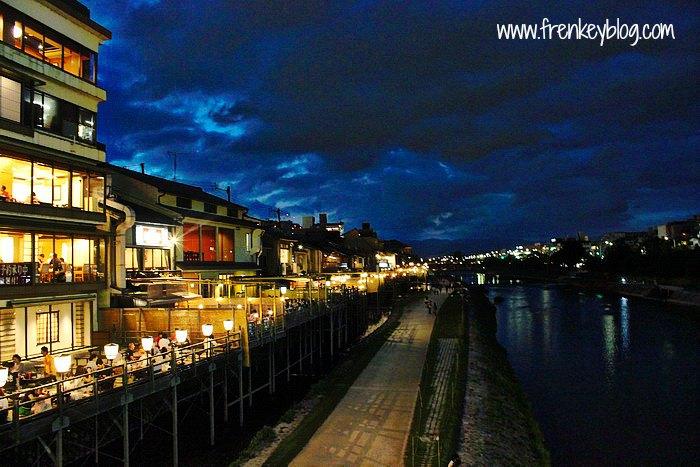 View Restoran di Sepanjang Sungai Kamo Dekat Gion di Malam Hari