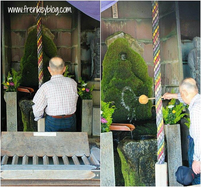 Berdoa di Shitennoji Temple