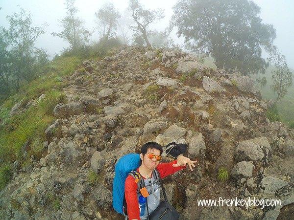 Selfie Iseng Tapi Gaya Kaga Nyantai di Jalur Bebatuan Sebelum Plawangan Senaru - Pendakian Rinjani via Senaru