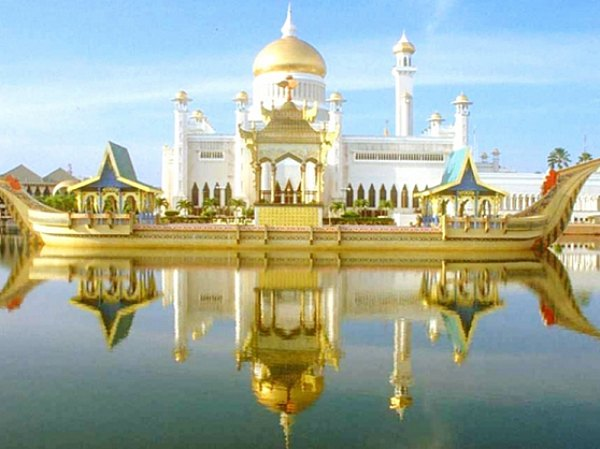 Masjid Sultan Omar Saiffudien Brunei Darussalam ( Sumber : thriftytraveller.wordpress.com )