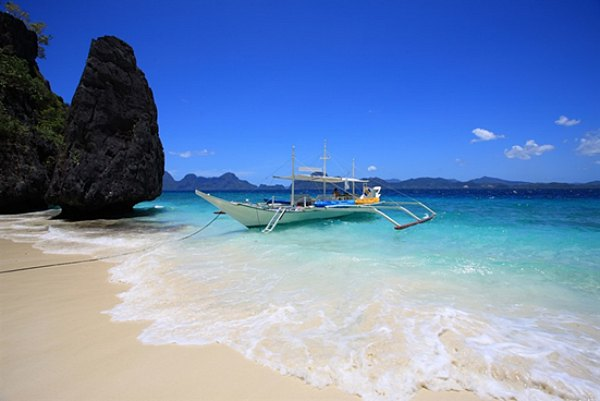 Pantai Boracay Filipina ( Sumber : riekeaupair.wordpress.com )