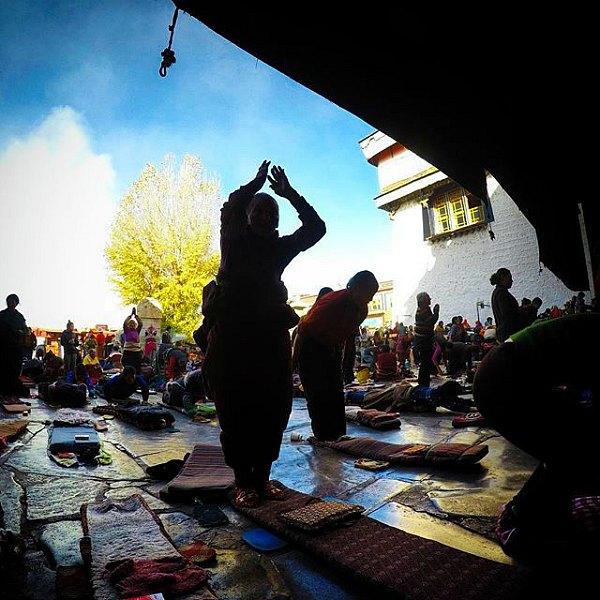 Orang Buddhism Tibet sedang Berdoa di pelataran Jokhang Temple