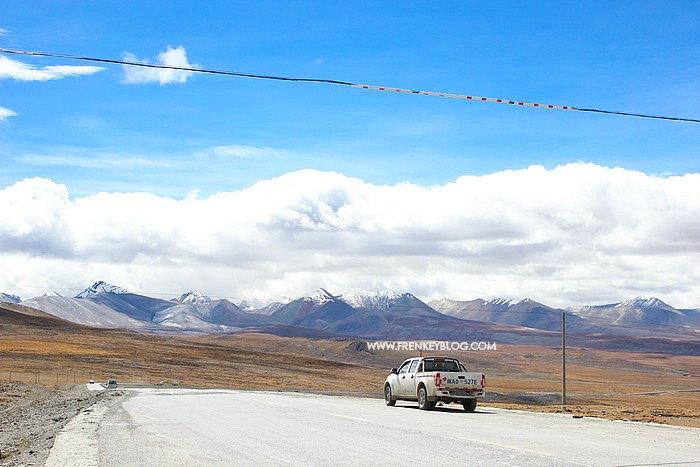 Sepanjang mata memandang hanya ada langit biru dan pegunungan yang cetar banget!