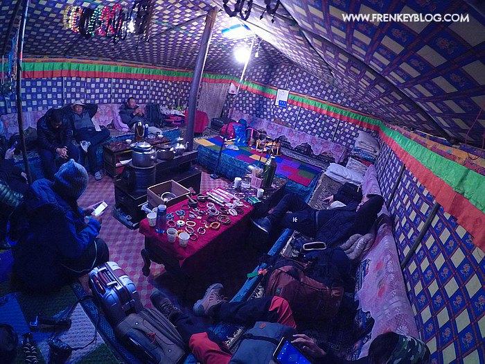 Duduk & Ngobrol Santai sambilan Browsing di dalam Tenda