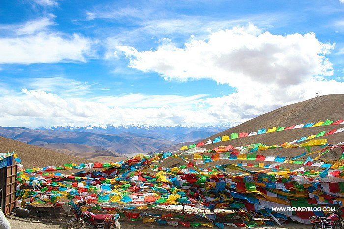 Tibetan Prayer Flags dengan background Pegunungan