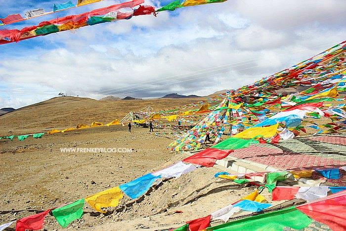 Tibetan Prayer Flags, tiap warna menggambarkan elemen - Putih ( Udara ), Merah ( Api ), Hijau ( Air ), Kuning ( Tanah ), Blue ( Angin )