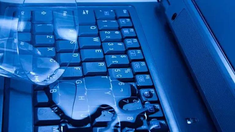 Memperbaiki Laptop Ketumpahan Air dengan Beras
